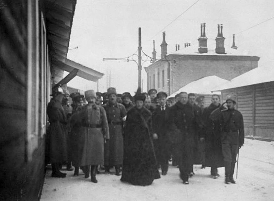 Winter was no reason to stop working. Maria Fyodorovna was the wife of Russian Emperor Alexander III. From 1894, Maria Fyodorovna was the Dowager Empress. She was a trustee for the Women's Patriotic Society and the head of the Department of Institutions. / Maria Fyodorovna among officers and Red Cross workers.