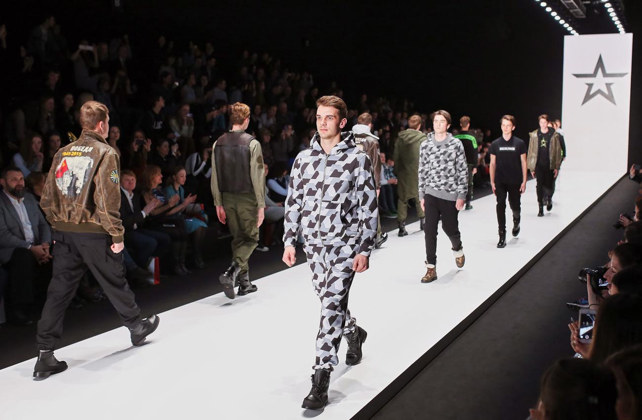 """Модна ревија специјалне колекције дизајнерског атељеа """"Армија Русија""""."""