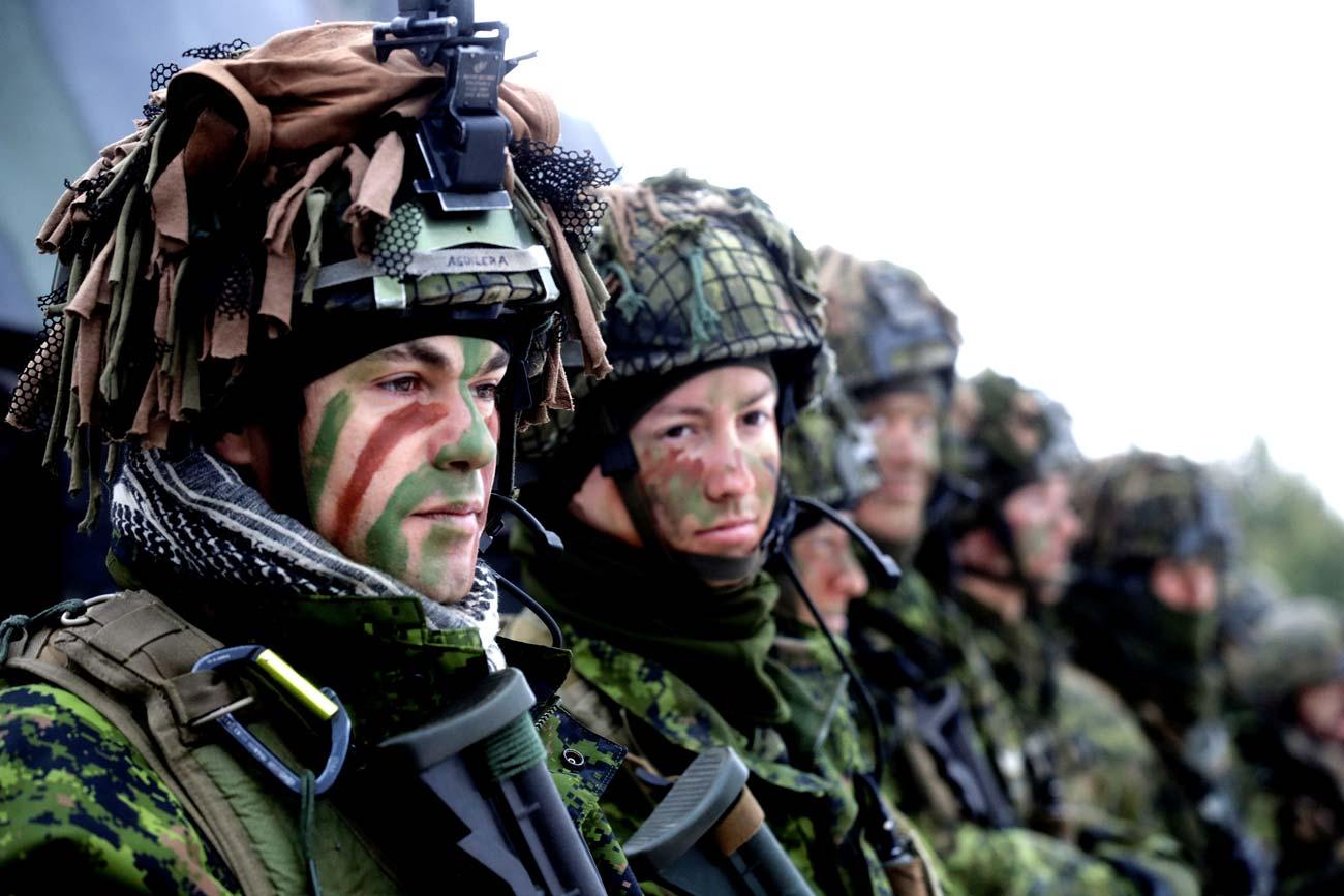 Truppe lituane insieme ad altri soldati provenienti da undici Paesi membri della Nato durante alcune esercitazioni nella città di Pabrade, in Lituania.