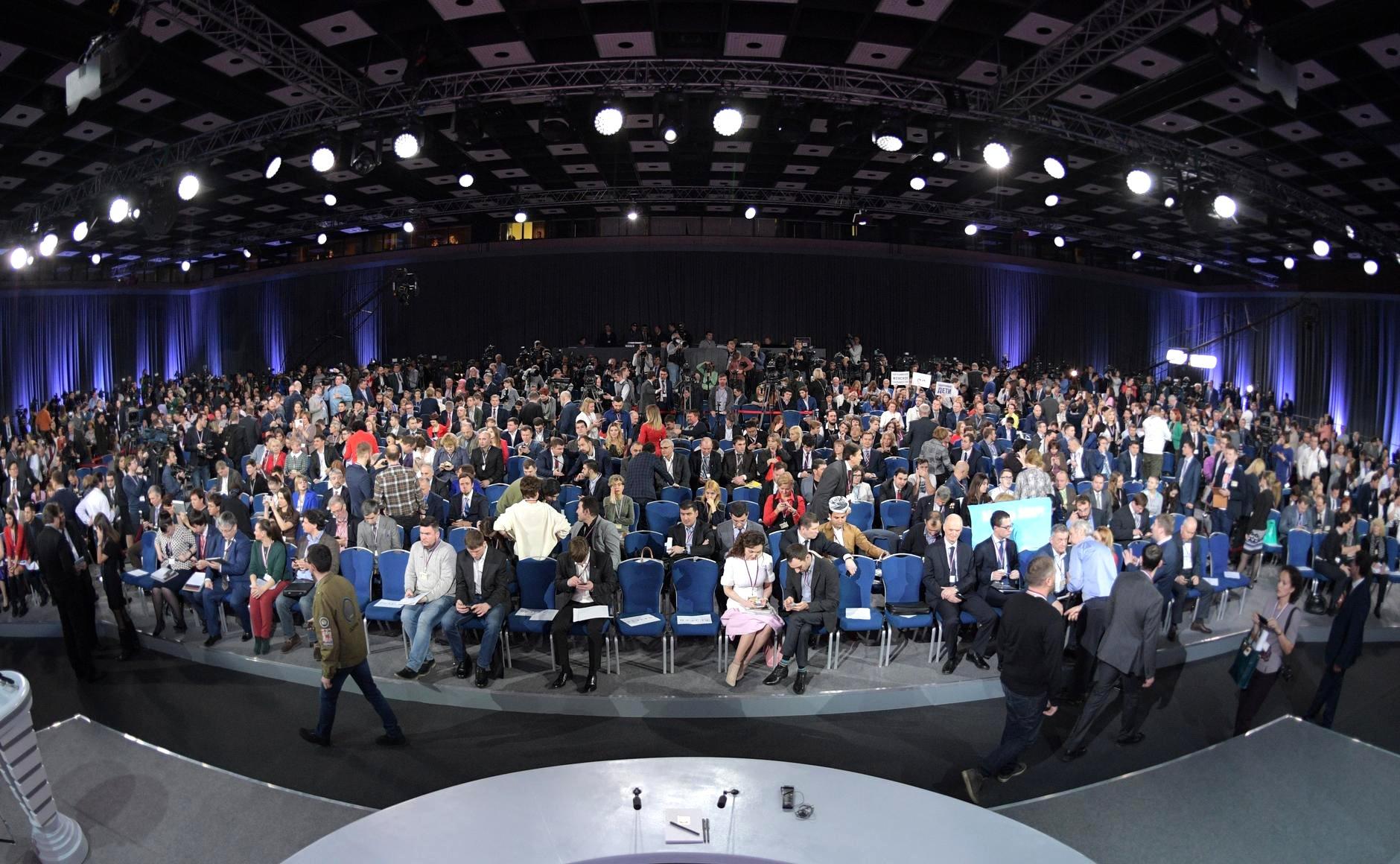 Vista de la sala de prensa llena de periodistas.