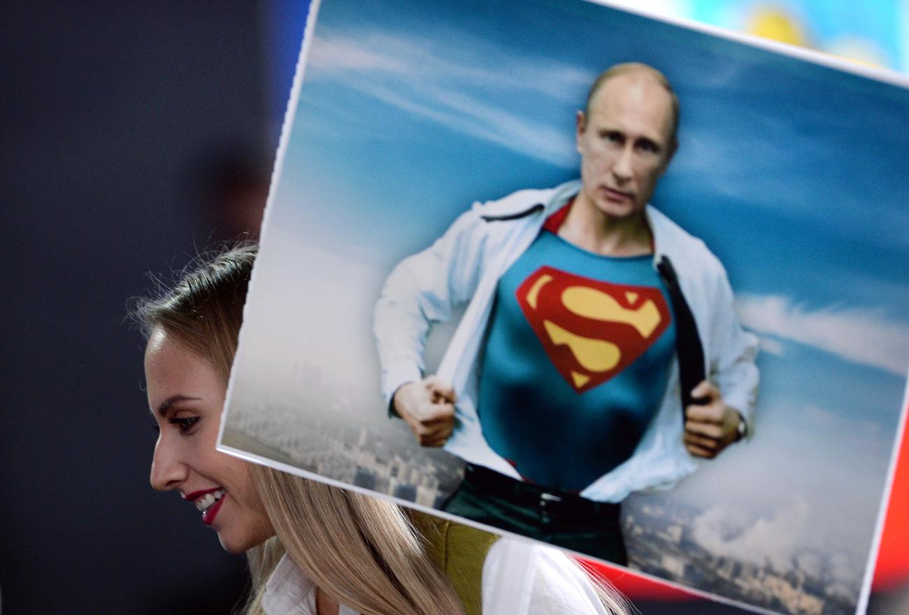 Periodista con un cartel en la rueda de prensa./ Alexéi Filippov/RIA Novosti.