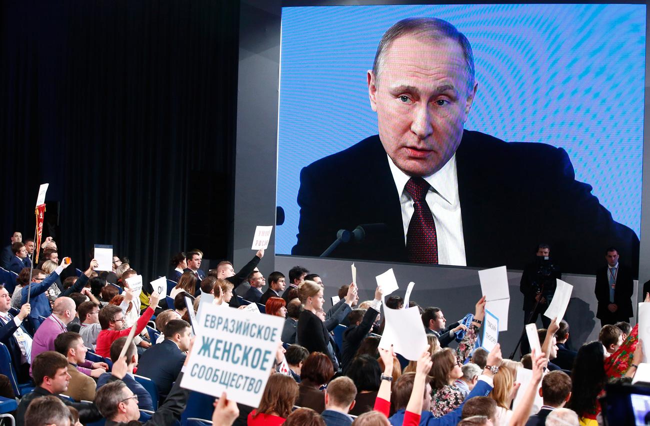 Preisden Rusia Vladimir Putin dalam konferensi pers tahunan pada Jumat (23/12).