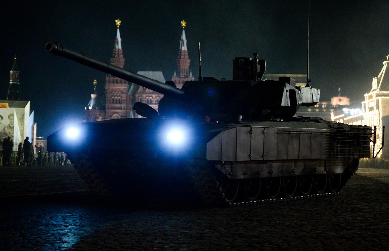 """Танк """"Армата"""" по време на репетиция за военния парад послучай 71-та годишнина от победата във Великата отечествена война, който се проведе на 9 май 2016 г. на Червения площад в Москва."""