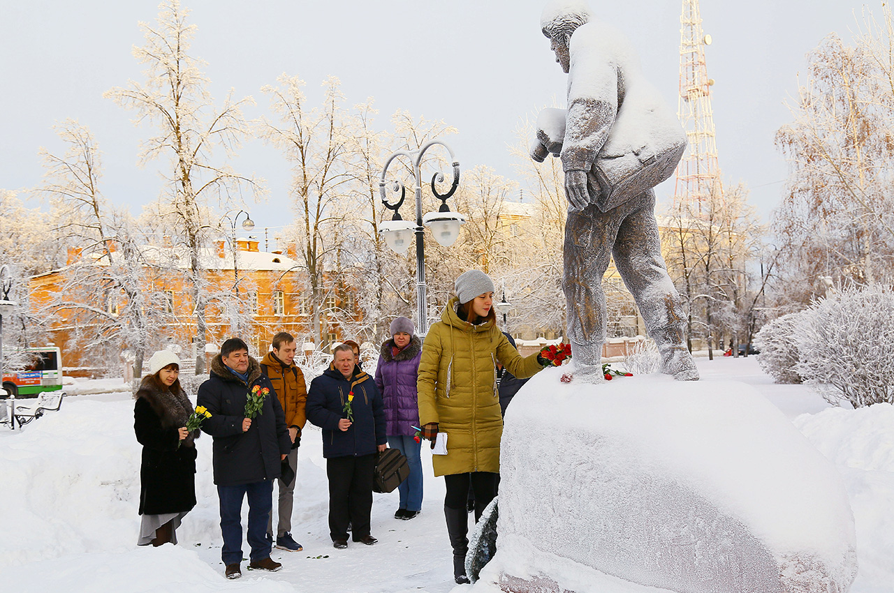 Journalists from the Tyumen region lay flowers at the Life for Truth monument in Tobolsk in memory of their colleagues who died in the Tu-154 crash.