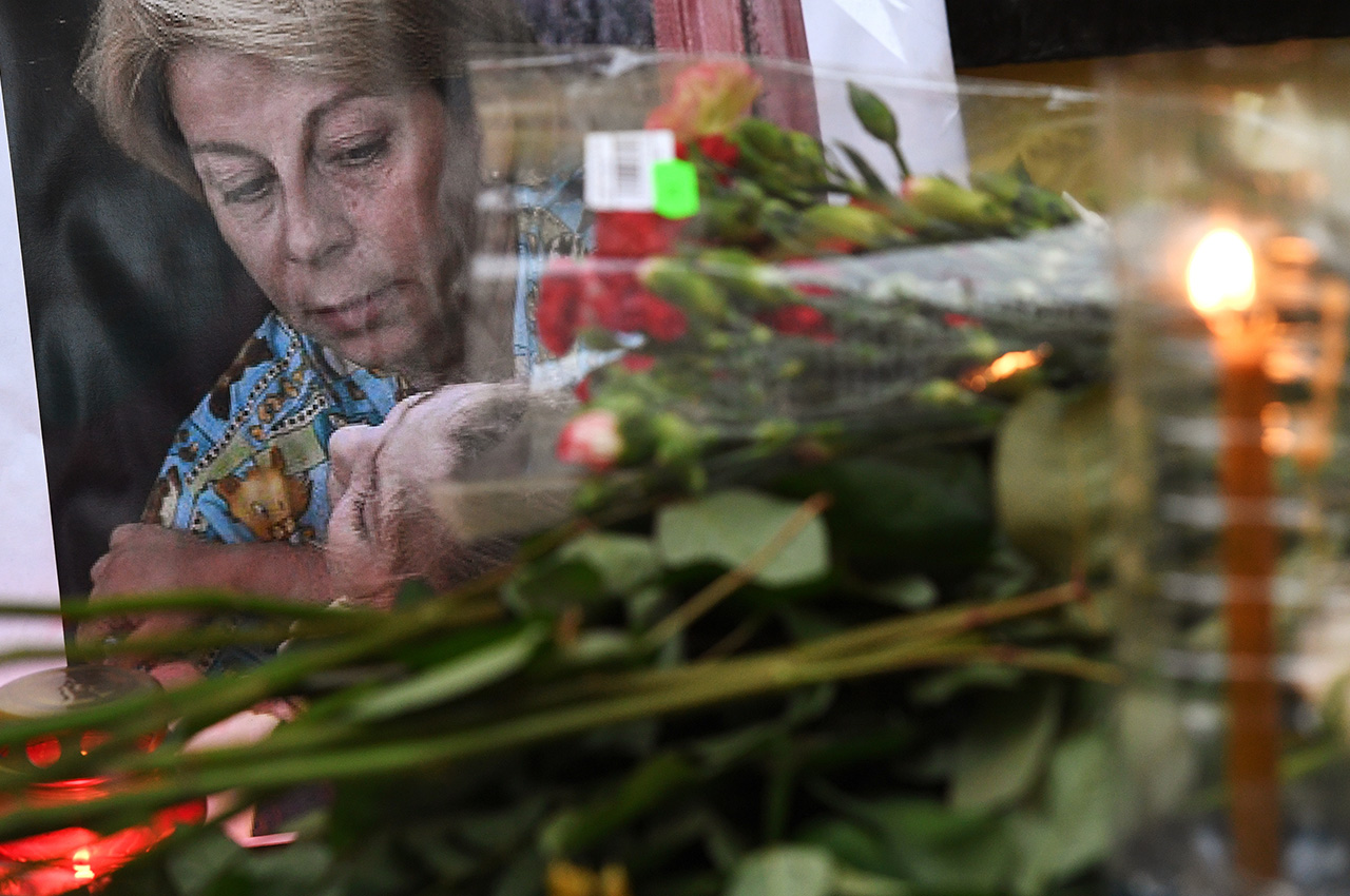 Flowers outside the Fair Aid International Public Organization in memory of Yelizaveta Glinka (Doctor Liza), who died in the Russian Defense Ministry's TU-154 aircraft crash.