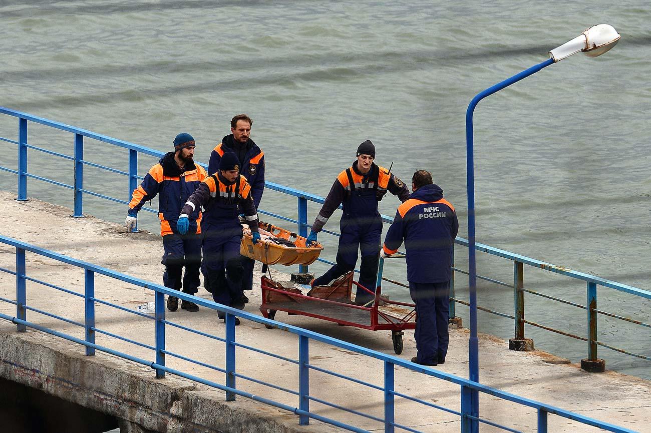 Спасители носят тялото на жертва на катастрофата с Ту-154.