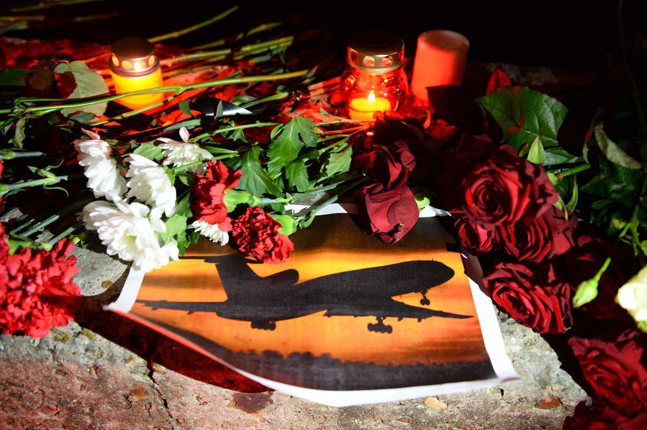 Velas e flores deixadas durante vigília em Sôtchi