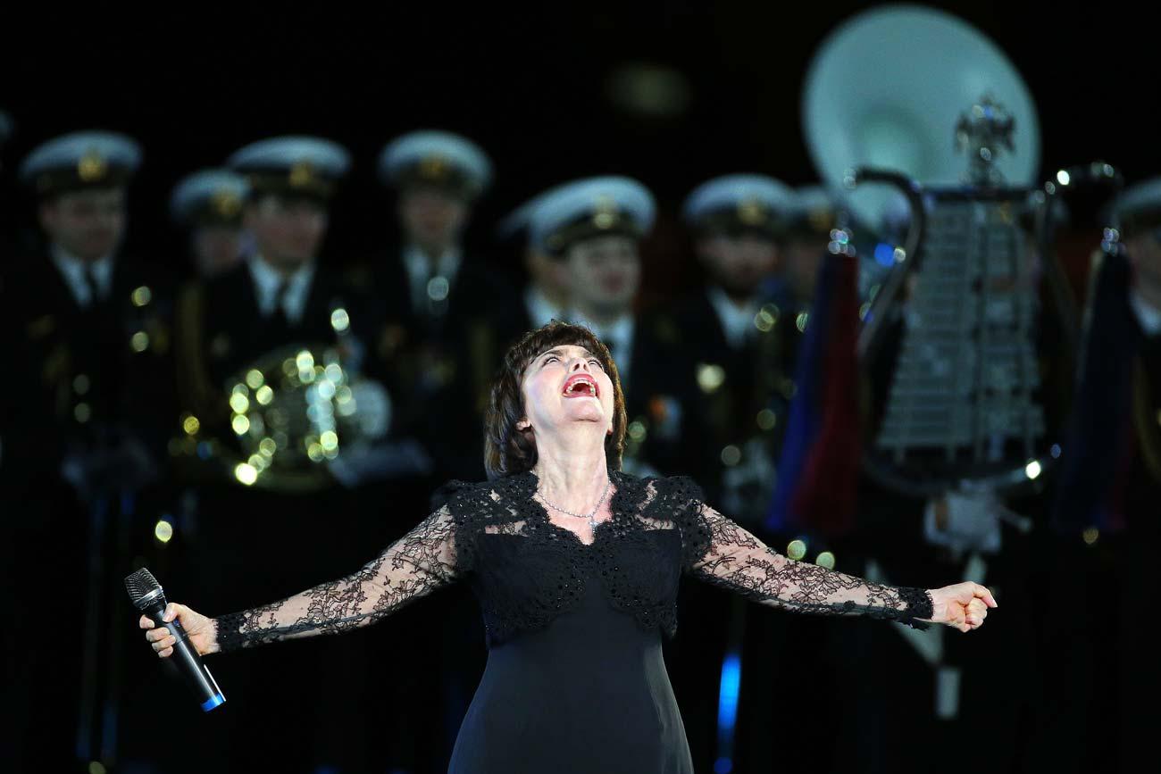 Mireille Mathieu accompagnée par l'Ensemble Alexandrov lors du Festival international de musique militaire Tour Saint-Sauveur.