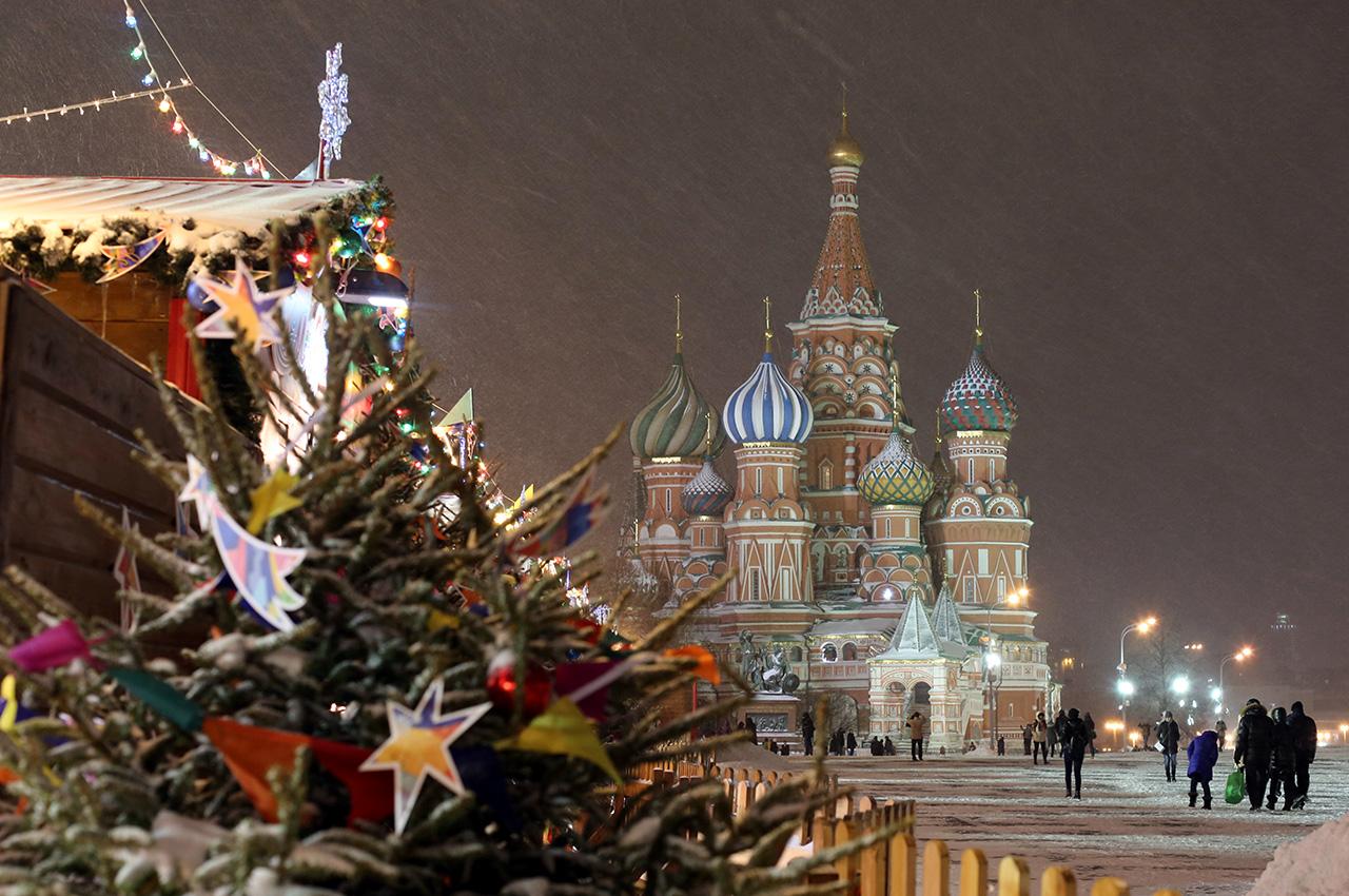 Екстравагантни коледни елхи, светлини, арки, украсени станции на метрото, новогодишни улични представления и искрящият Червен площад – всичко е готово за предстоящата Нова година и Коледа, която в Русия се празнува на 7 януари.