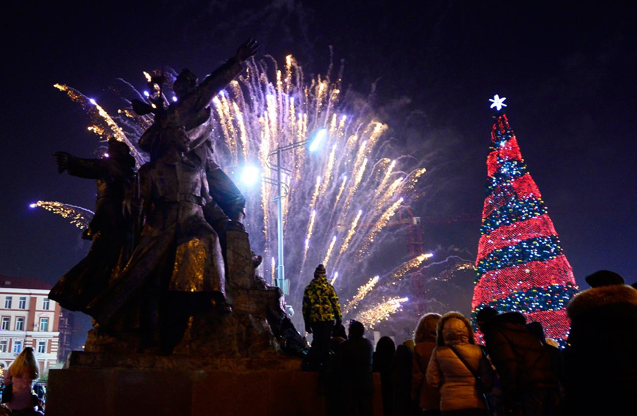 Огномет во центарот на Владивосток. Тихоокеанскиот брег на Русија го слави доаѓањето на Новата 2017 година. 31 декември 2016, Владивосток, Русија.