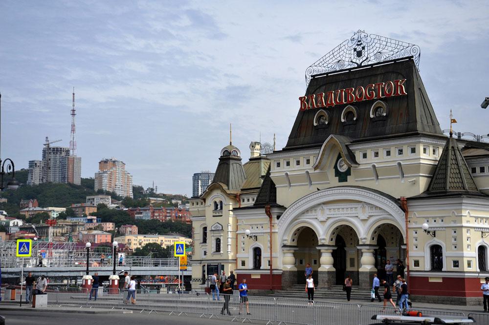 同じくシベリア鉄道の出発・到着拠点であるウラジオストク駅。モスクワから到着する疲れ切った旅行者は、建物が出発駅と似ていることに驚くだろう。20世紀初頭、ウラジオストク駅は国の結束を強調するため、あえてそのように設計された。