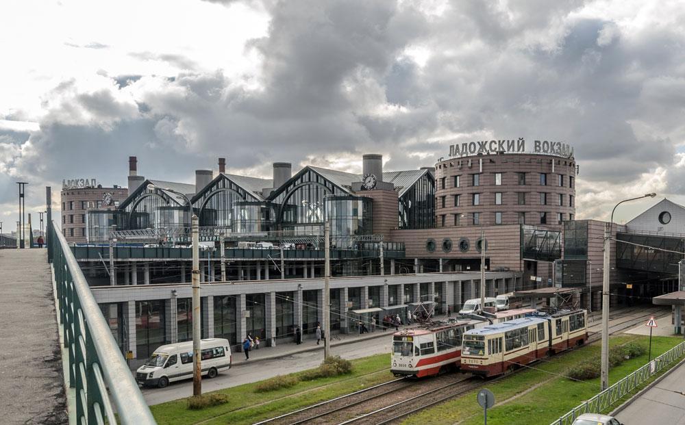 サンクトペテルブルクはロシア鉄道の発祥の地として、この分野の革新拠点の一ヶ所であり続けている。サンクトペテルブルク市で最も新しいラドガ駅は2003年に開業した。