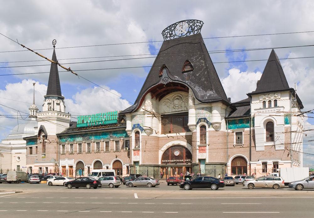 モスクワのもう一つの注目スポットは鉄道ヤロスラブリ駅。ネオ・ロシア様式のおとぎ話のような装飾が特徴だ。この始発・終着駅はモスクワで最も利用の多い駅で、世界で最も長いシベリア鉄道の出発・到着拠点である。