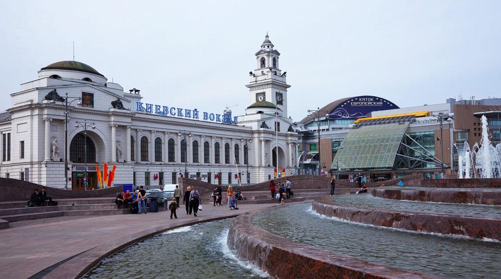 モスクワの鉄道駅が市内有数の観光スポットに数えられたことはない。歴史的に国の主要な交通ハブとなってきたモスクワ。その終着駅には今でも悪のふきだまりとしての怪しげなイメージがある。とはいえ、モスクワの鉄道駅11駅は真の建築の宝である//鉄道キエフ駅