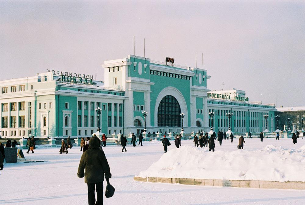 シベリア横断の旅は、好奇心旺盛な乗客に駅舎の設計レンジを見る機会を提供する。スターリン時代の規則にもとづいて改築された、新古典主義の鉄道ノヴォシビルスク駅は、荘厳である...