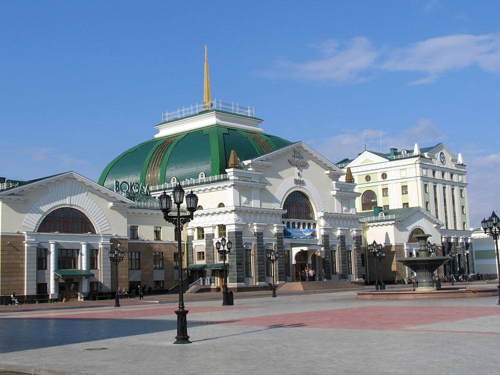 ...一方で、バロック様式のクラスノヤルスク駅の外観は、より軽やかである。