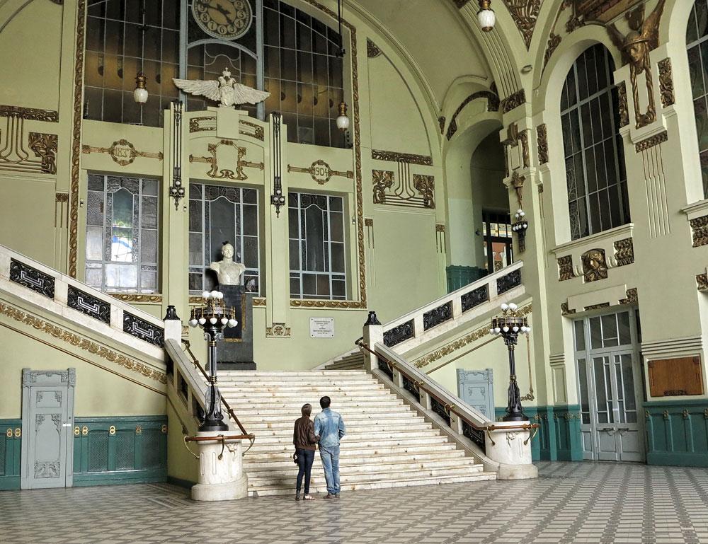 現在の豪華な建物が建設されたのはそれよりずっと後の1904年。このモダニズム建築の傑作は、ソ連およびロシアの数多くの映画の背景になっている。//皇帝ニコライ1世の胸像のあるメイン階段