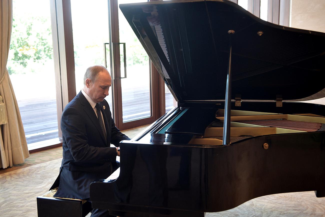 Med obiskom na Kitajskem je Putin navdušil tudi s svojim znanjem igranja na klavir v rezidenci Ši Džinpinga. Vir: Reuters