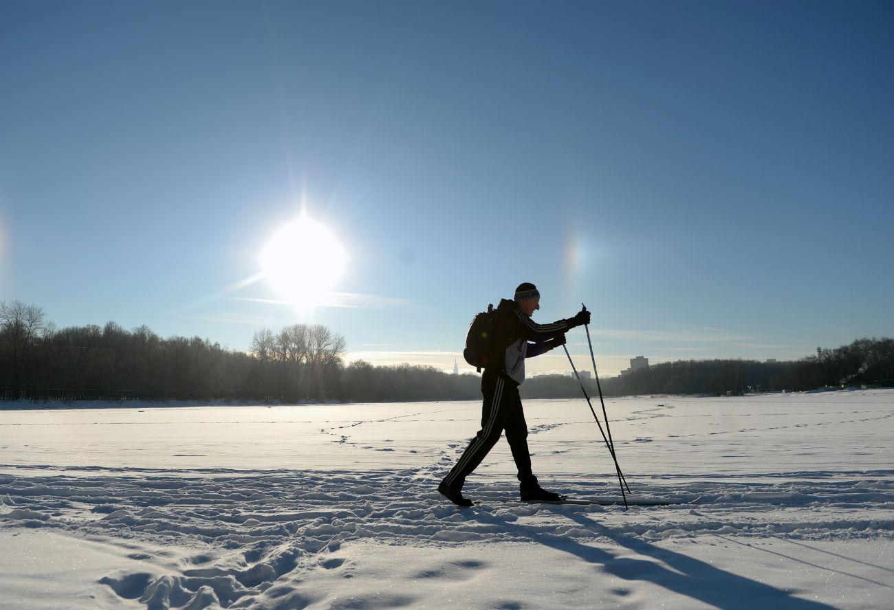 Skijaš u blizini ribnjaka Boljšoj Sadovij. Park Poljoprivredne akademije Timirjazev, Moskva. 8. siječnja 2017.