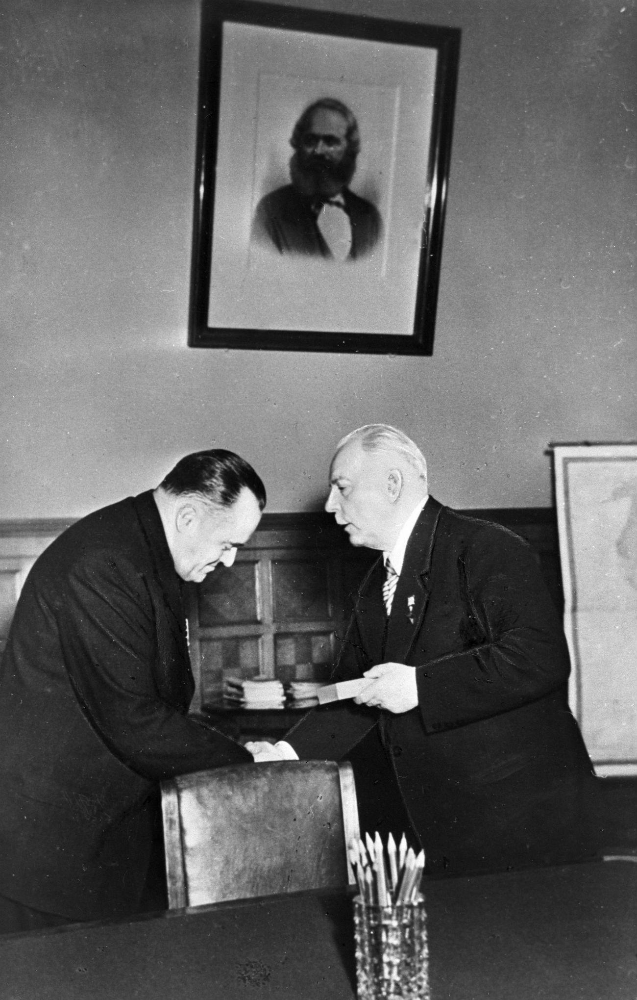 Kliment Vorošilov nagrađuje Koroljova ordenom Lenjina, 1968. / RIA Novosti