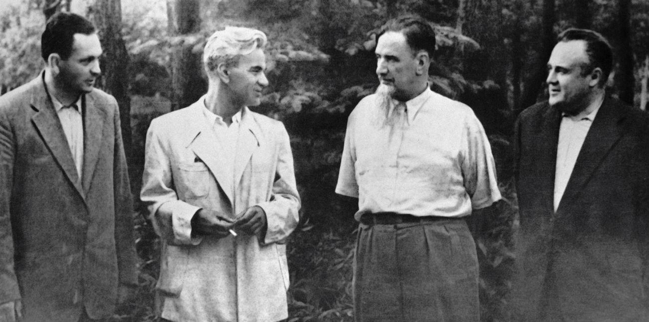 Au cours de l'année 1930, M. Korolev commence à s'intéresser à l'utilisation de carburant liquide pour la propulsion par moteur-fusée, technologie qu'il souhaite appliquer à la propulsion des avions. Afin d'éveiller dans le pays l'intérêt pour les technologies réactives, il crée en 1931 avec l'inventeur Friedrich Zander le GIRD, premier institut de recherche soviétique à effectuer un travail de pionnier sur les fusées. Korolev travaille sur un missile de croisière avant d'en prendre la direction. En 1933, le GIRD fusionne avec un laboratoire de recherche militaire, donnant naissance à l'Institut de recherche scientifique sur les moteurs à réaction RNNI. Korolev y travaille sur le projet de « missile de croisière » et d'avion-fusée RP-318-1. Sur la photo : Membres de l'Académie des sicènces d'URSS Sergueï Korolev, Igor Kourtchatov, Mstislav Keldych et  Vassili Michine.