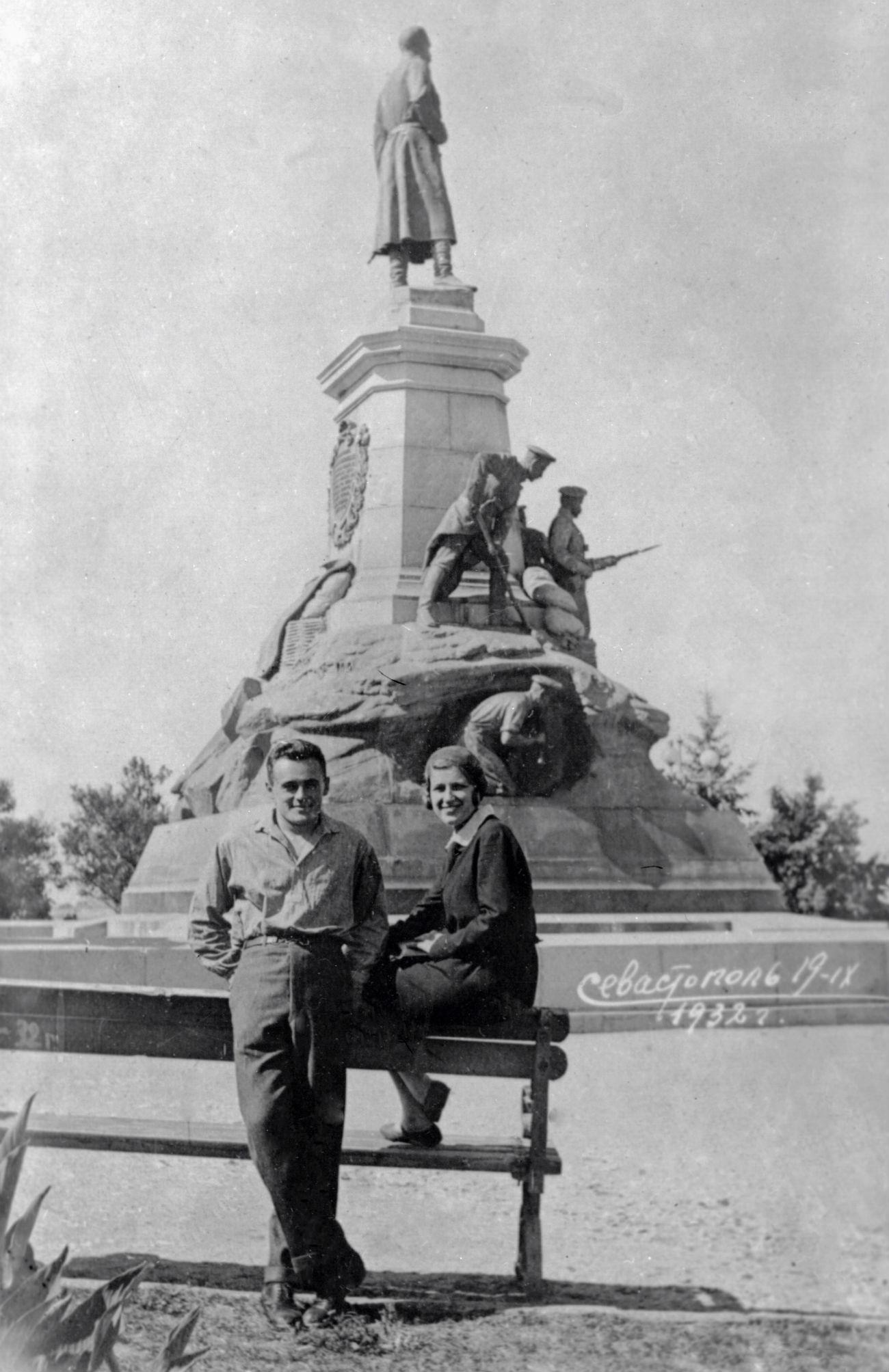 Sergueï Korolev conjugue ses études avec un travail dans un bureau de construction et s'impose rapidement comme un constructeur aéronautique et inventeur de talent. De 1927 à 1930, il participe à des compétitions de planeursen Crimée, présentant ses appareils sans moteurs, dont le SK-1 Koktebel et le SK-3 Etoile rouge, destiné aux acrobaties aériennes. Sur la photo : Sergueï Korolev et sa première épouse, Xenia Vincentini.