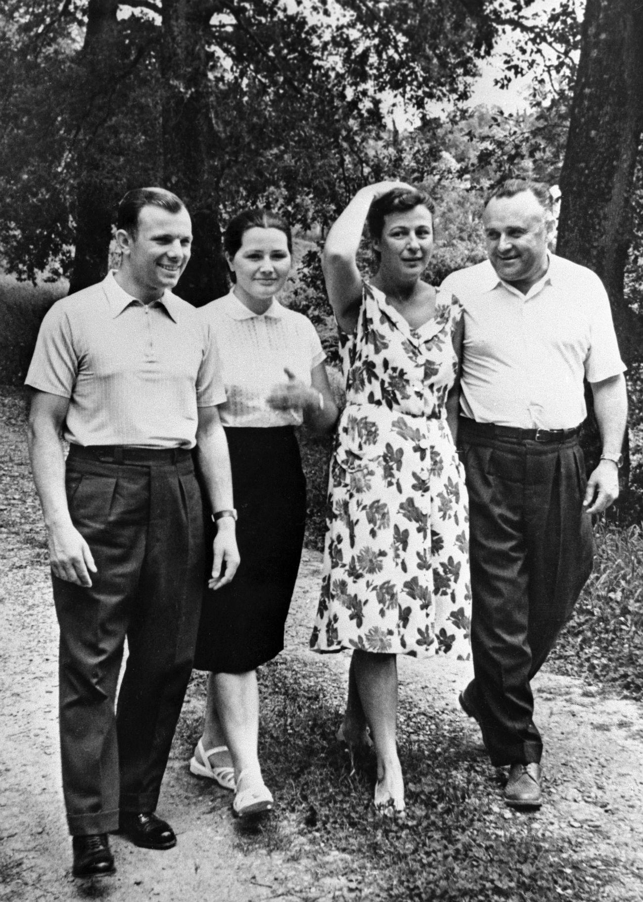 Sergueï Korolev, Iouri Gagarine et leurs épouses Nina Koroleva et Valentina Gagarina, mai 1961.