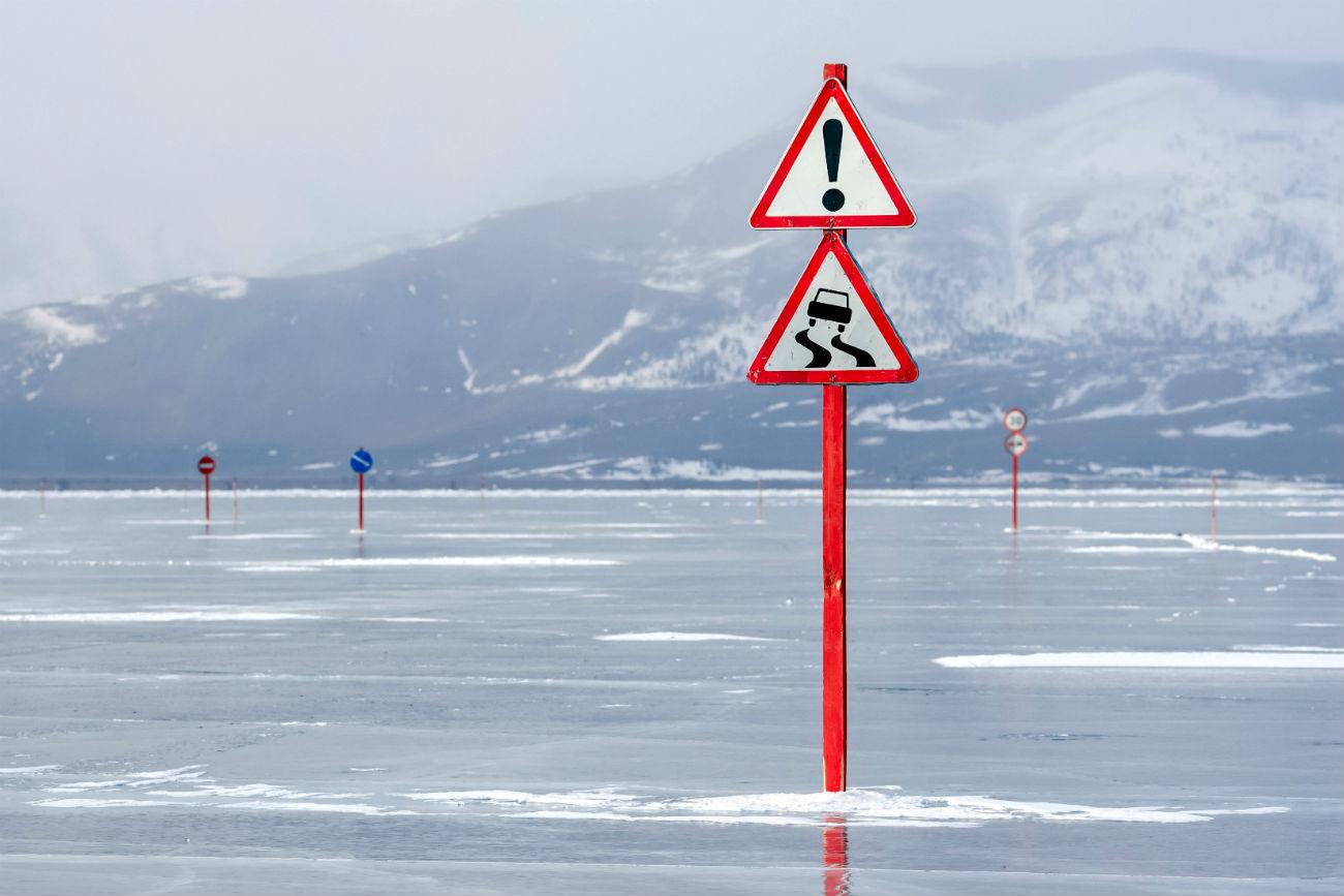 """Ољхон е најголемиот острив во Бајкалското езеро кое е и најголемо езеро во светот. Назима, кога езерото цврсто ќе замрзне, преку езерото се поставуваат патни ленти на кои стојат предупредувања """"Дозволено оптоварување на автомобилот – 5 тони"""", """"Препорачана брзина – 10 километри на час"""", """"Забрането запирање"""" и други.Ољхон е најголемиот острив во Бајкалското езеро кое е и најголемо езеро во светот. Назима, кога езерото цврсто ќе замрзне, преку езерото се поставуваат патни ленти на кои стојат предупредувања """"Дозволено оптоварување на автомобилот – 5 тони"""", """"Препорачана брзина – 10 километри на час"""", """"Забрането запирање"""" и други."""