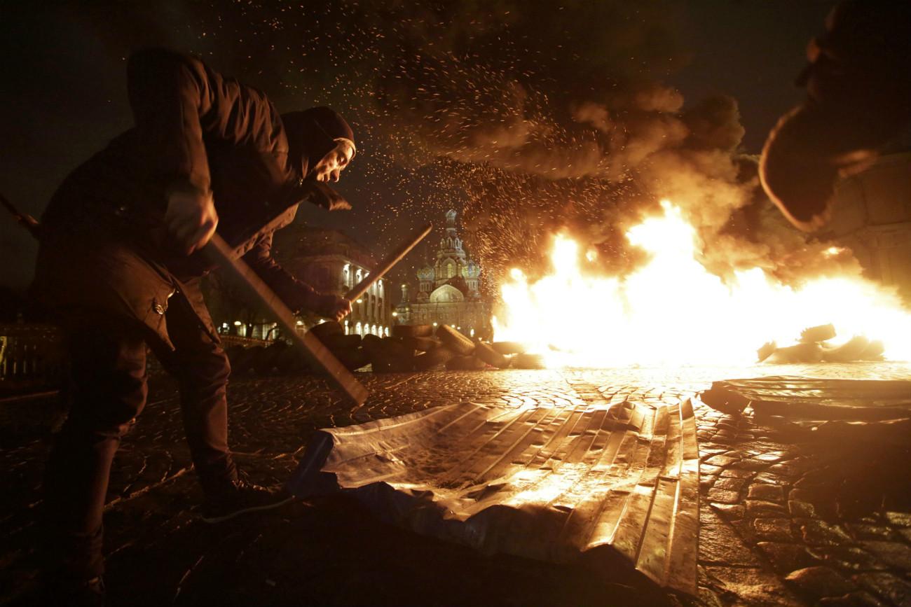Pavlenski érige des barricades improvisées avec des pneus et les brule à Saint-Pétersbourg. Crédit: Reuters