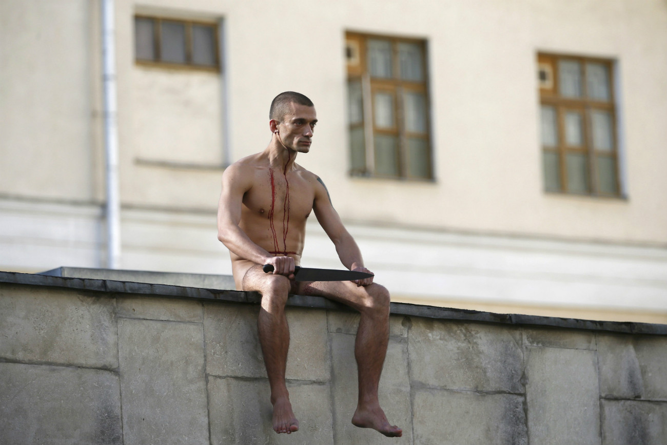 """L'artista Petr Pavlenskij a Mosca al termine di una performance dal titolo """"Segregation"""" (Segregazione), durante la quale si è tagliato il lobo dell'orecchio come forma di protesta, 19 ottobre 2014. Fonte: Reuters"""