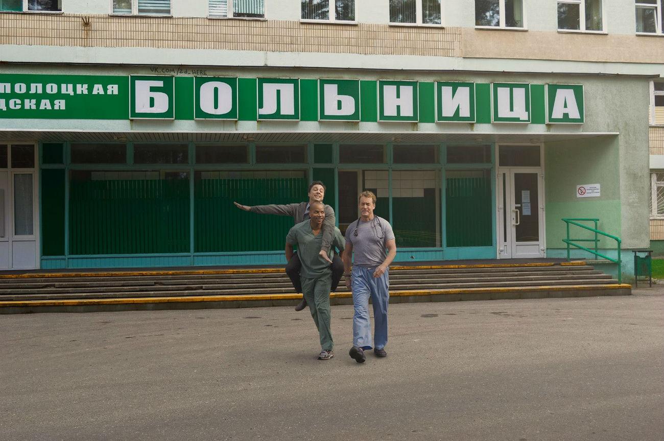 """Una scena della serie tv americana """"Scrubs - Medici ai primi ferri"""", """"ambientata"""" davanti a un ospedale russo"""