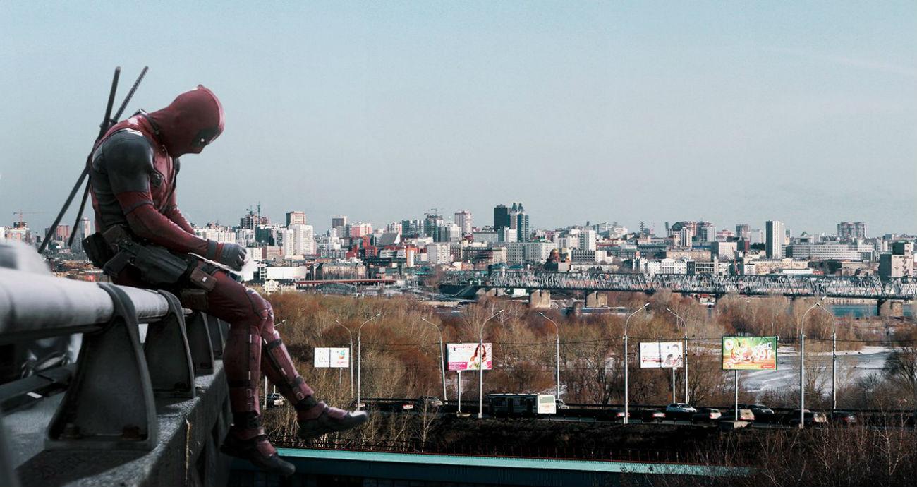 """Il protagonista del film """"Deadpool"""" di Tim Miller sullo sfondo di una città russa"""