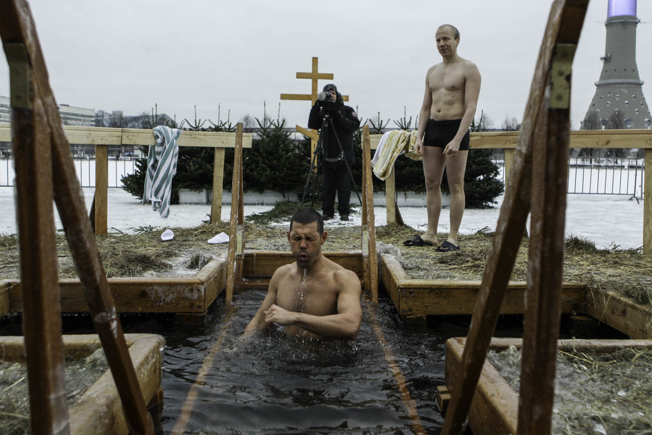 Erik Groz, un ragazzo californiano, si immerge nella fonte battesimale nel lago di Ostankino a Mosca.