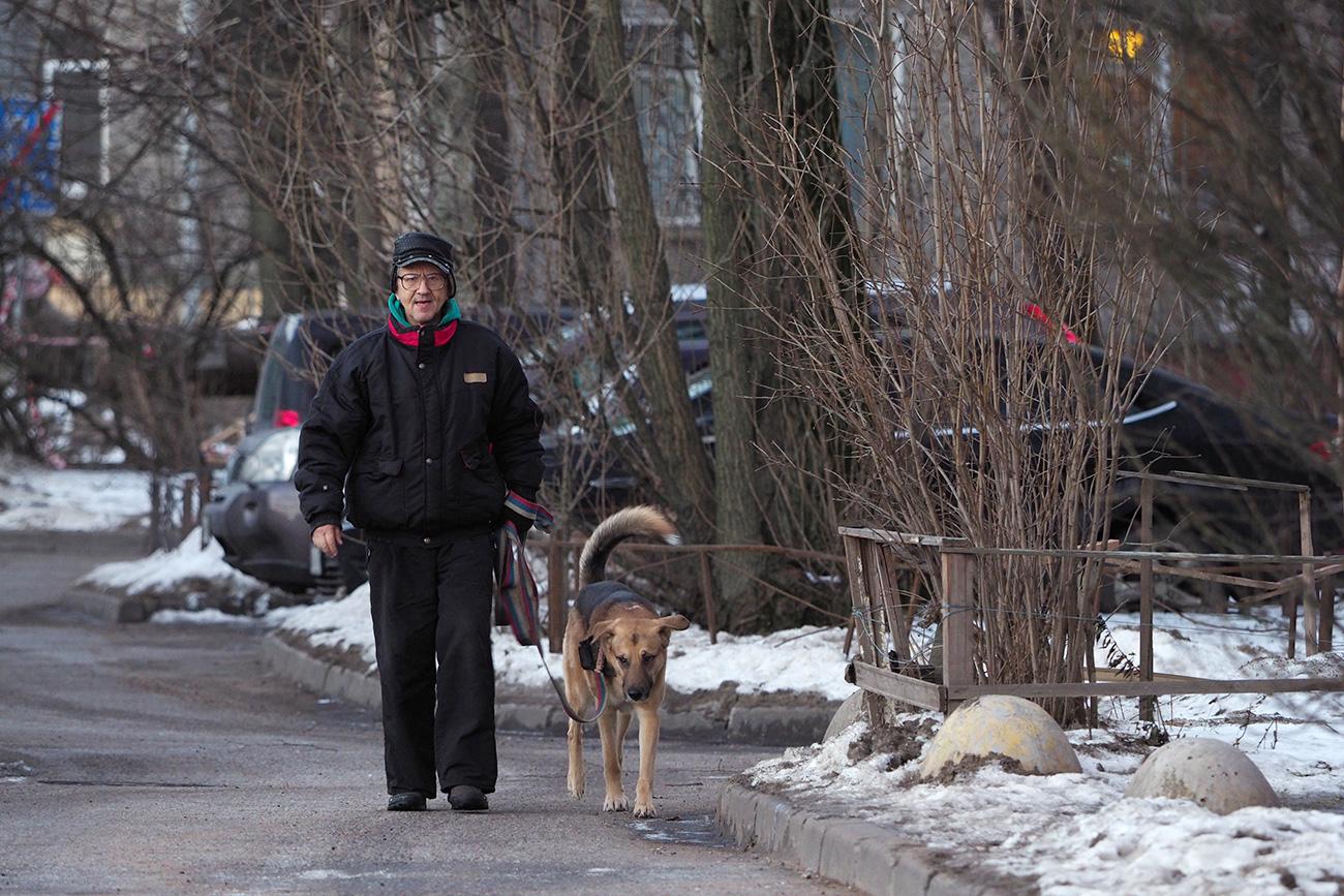 Viktor Iline avec son chien Khazar.