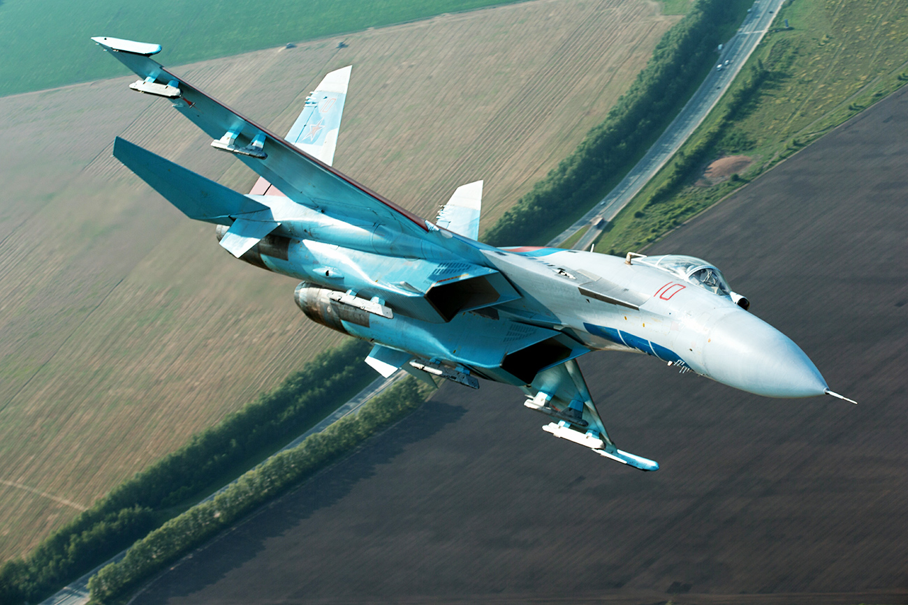 "Expert: ""The difference between the two types is that the F/A-18 has a folding wing and vertical twin stabilizers: The Su-34's stabilizers are parallel."" Photo: Sukhoi Su-27 fighter aircraft."