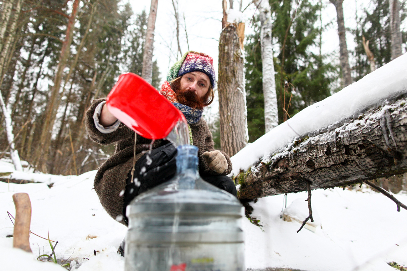 Para cozinhar e fazer suas necessidades diárias, Iúri transporta água de um riacho que há perto de sua cabana. No inverno, é preciso quebrar o gelo com um machado.