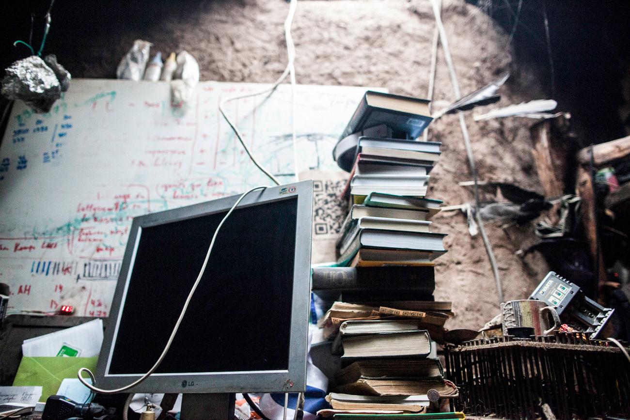 Iúri instalou painéis solares no telhado, e toda eletricidade gerada é armazenada em baterias. Graças a isso, ele pode ler, usar o computador e navegar na internet.