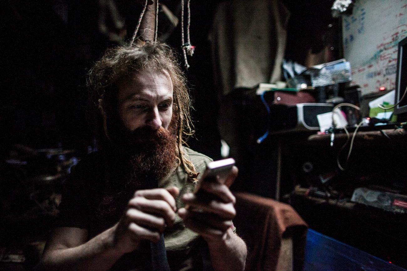 Юрий не е напълно откъснат от цивилизацията – той има достъп до интернет през своя iPhone. Поддържа своя страница във Facebook и намира музика и филми в най-голямата социална мрежа в Русия – vk.com.