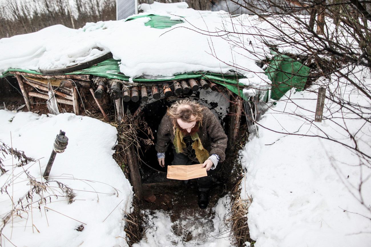 """Antes de se mudar para um bosque perto estrada de Iaroslavl (a 100 km de Moscou), há cinco anos, Iúri morava na capital e trabalhava como advogado. Hoje em dia, o ex-urbanoide, que recebeu na internet o apelido de """"o Hobbit russo"""", vive, no verão, em uma tenda feita por ele mesmo, e, no inverno, em uma cabana como uma toca de coelho, ou um daqueles buracos onde os hobbits vivem."""