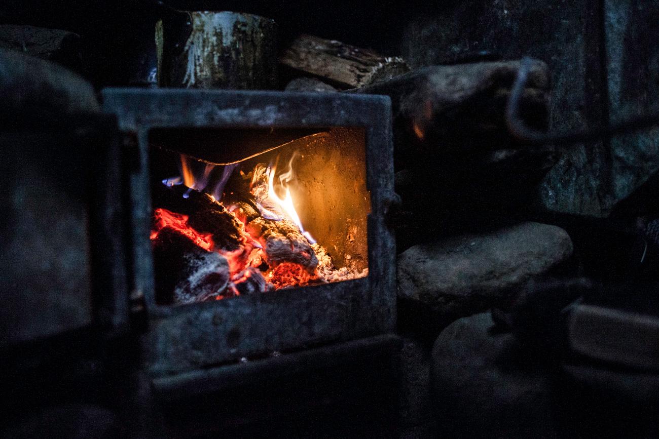 No inverno, acende a lareira todos os dias para manter sua cabana aquecida.
