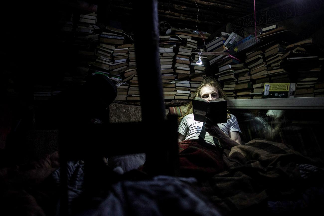 Yurij trascorre ore leggendo i libri che compongono la sua grande libreria