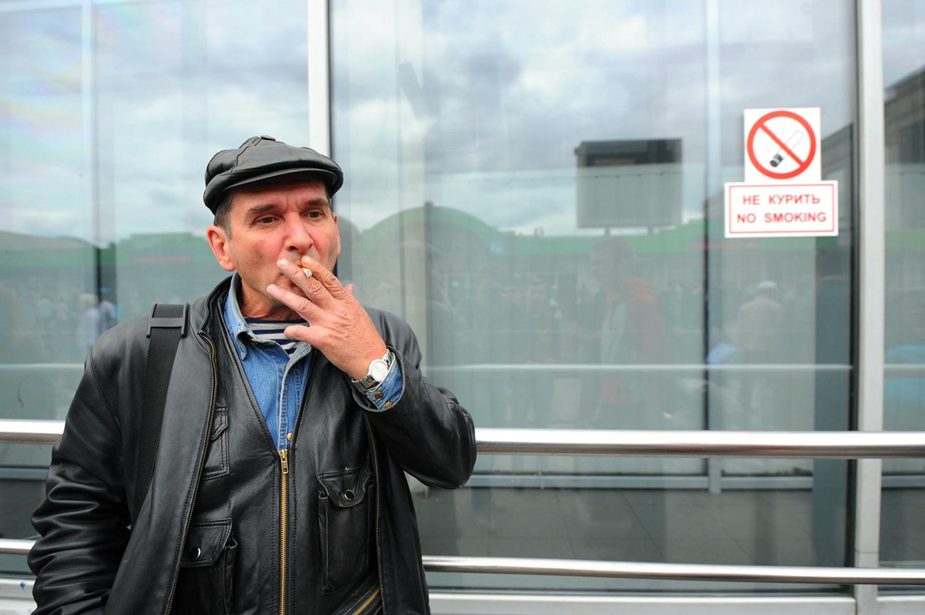 タバコを吸う男性、モスクワ