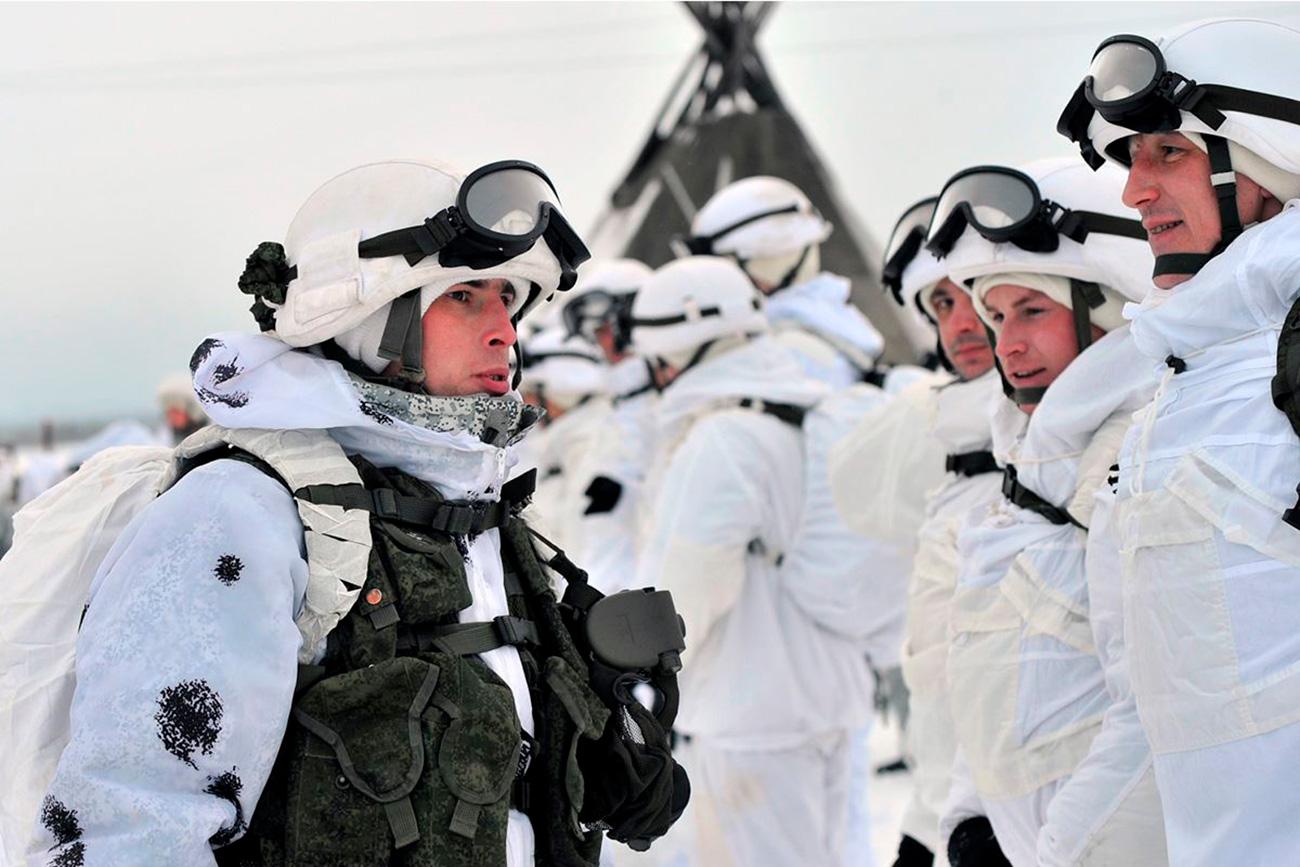 Em meados de janeiro, a 80ª brigada motorizada do Ártico realizou um treinamento com renas em uma fazenda de criação na aldeia de Lovozero, na região de Murmansk (1.850 km ao norte de Moscou). Em uma região onde a temperatura pode chegar a -50° C e não se consegue enxergar o horizonte, os militares decidiram começar a usar trenós com renas e huskies como transporte – algo já comum entre os saami, os nenets, os komi e outros povos que vivem no Extremo Norte.