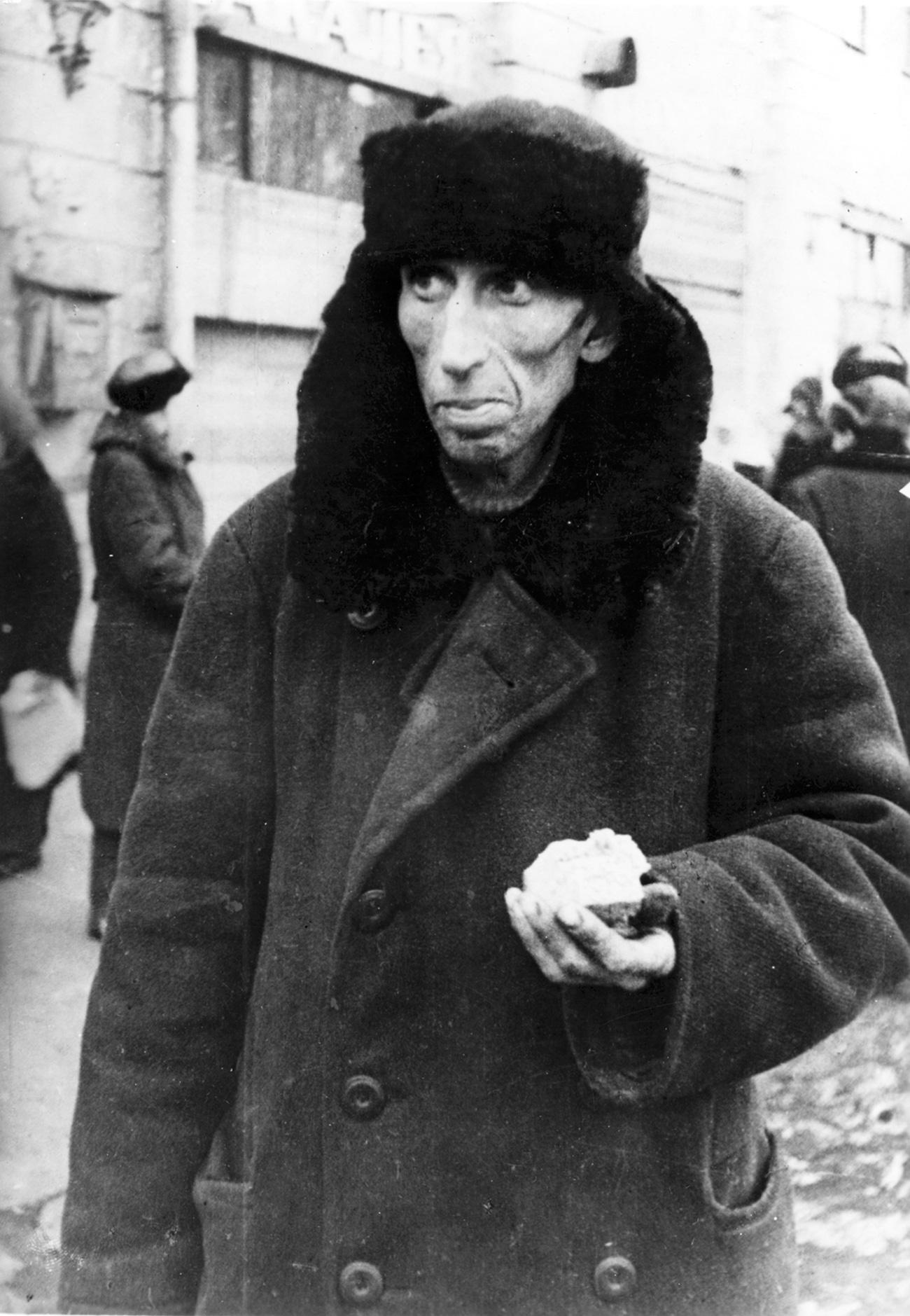Già dal novembre 1941 a Leningrado avevano cominciato a scarseggiare i generi alimentari ed erano state introdotte le tessere di razionamento per poter distribuire equamente le modeste scorte di viveri rimaste agli abitanti della città. Nel corso del primo inverno dell'assedio perirono a causa del freddo e della fame 780mila leningradesi