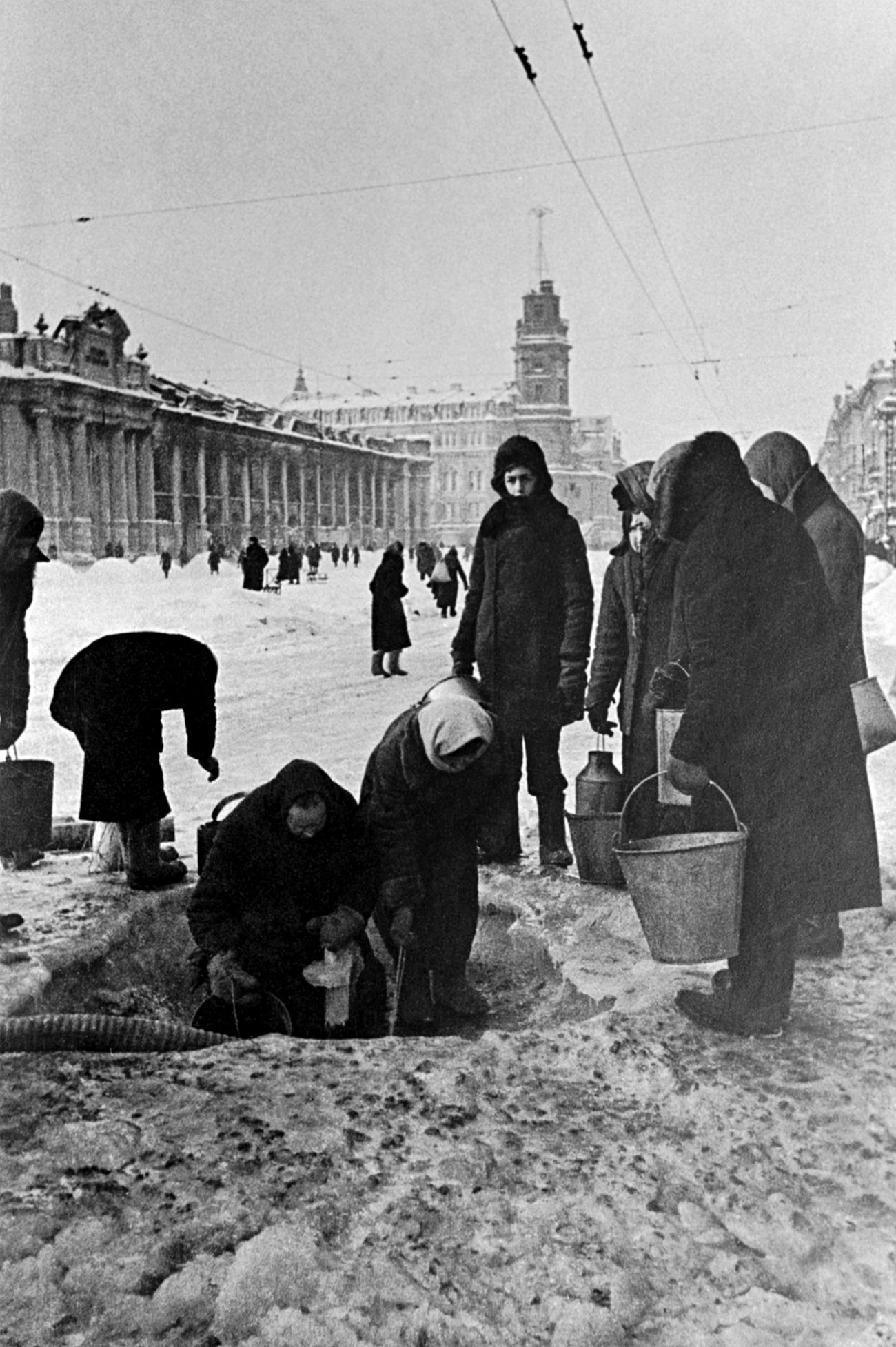 Gli abitanti di Leningrado erano costretti ad attingere l'acqua dalle buche nell'asfalto provocate sulla Prospettiva Nevskij dagli attacchi dell'artiglieria. Anche gli impianti di approvvigionamento idrico erano stati gravemente danneggiati