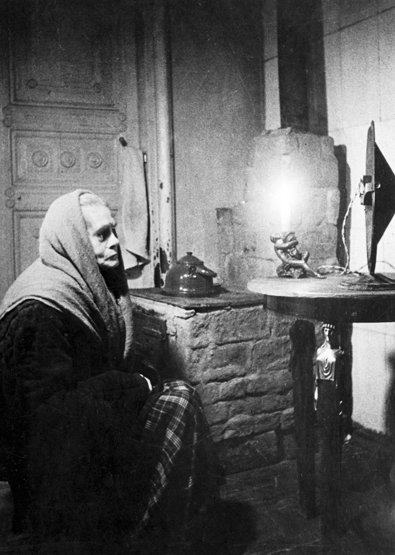 In quei giorni così duri, in cui le case erano al freddo e al buio, gli abitanti di Leningrado riuscivano a mantenersi in contatto con il mondo esterno attraverso la radio