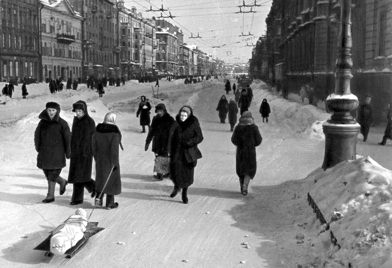 Жителите рядко се осмелявали да излизат навън, защото били твърде изтощени да изминат и кратки разстояния. Губели съзнание от глад, много колабирали на улицата и умирали от студ. Телата на починалите били събирани и отнасяни.