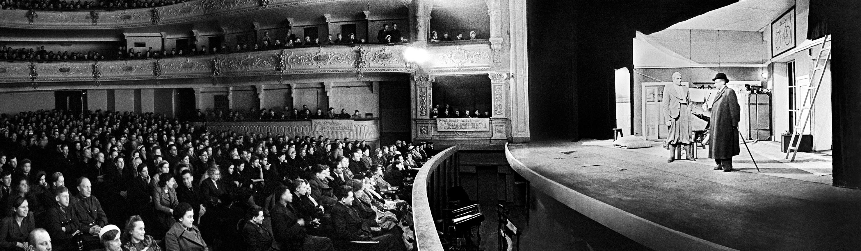 Per sostenere il morale degli abitanti il Teatro musicale allestiva spettacoli nel palazzo sede del Teatro Aleksandrinskij. Nei giorni dell'assedio il celebre pianista sovietico Dmitrij Shostakovich compose la Settima sinfonia di Leningrado, diventata poi celebre in tutto il mondo
