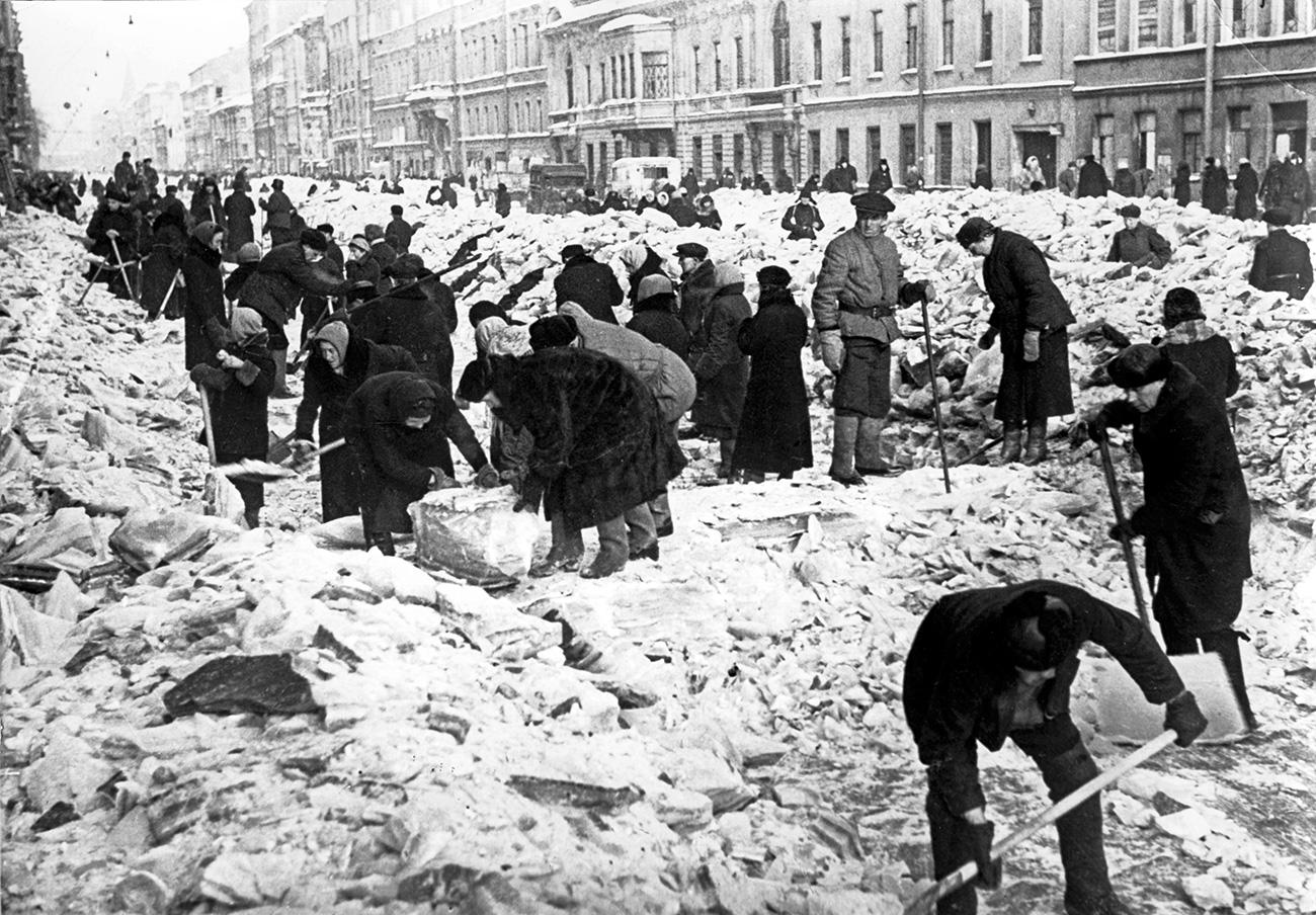 Chi era ancora in forze lavorava per scavare trincee ed erigere barricate in tutti i punti della città. Inoltre, gli abitanti di Leningrado cercavano di tenere la città in ordine, liberandola dal ghiaccio e dalla neve e ripulendo le strade dal fango
