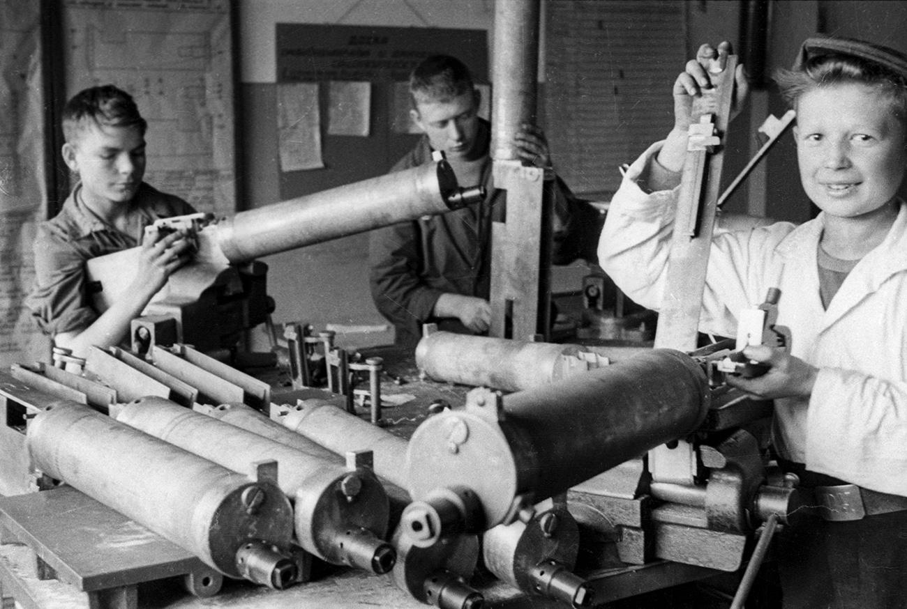 """I bambini rimasti a Leningrado, che avevano perso i genitori, venivano mandati nelle case per l'infanzia e si cercava di organizzare per loro dei corsi scolastici. Ma più spesso finivano nelle fabbriche ad aiutare gli adulti, come accadeva, per esempio, allo stabilimento """"Linotip"""" dove assemblavano i fucili mitragliatori destinati al fronte"""